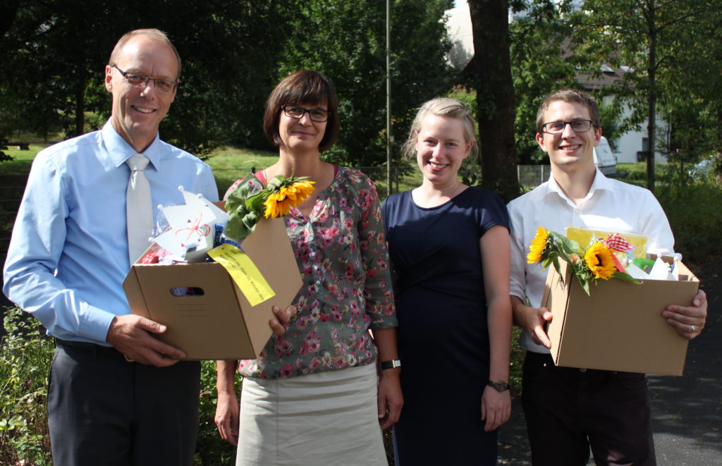 Eine Kiste voller Geschenke für die Neuen: Von links: Christof und Claudia Nickel, Veronica und Kai Maaß